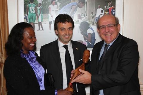 Nella foto la consegna del premio a Massimo Matteucci da parte del Console Onorario Simone Santi e dell'Ambasciatrice mozambicana in Italia