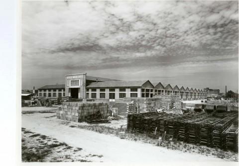 1938, foto del magazzeno da poco costruito in via Trieste, attuale sede di Cmc